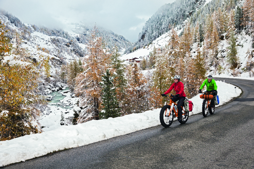 deux velos fat bikes sur une route dans la neige