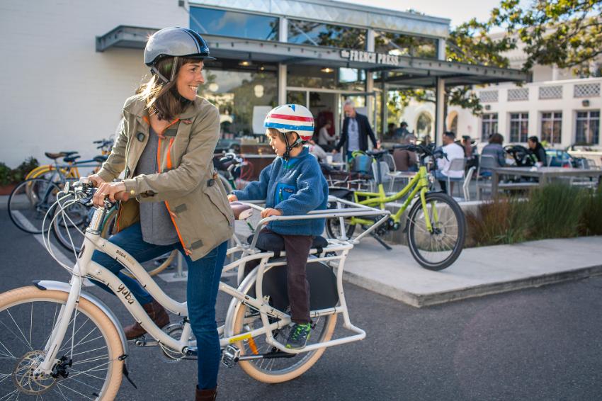Maman sur un vélo Yuba avec son fils