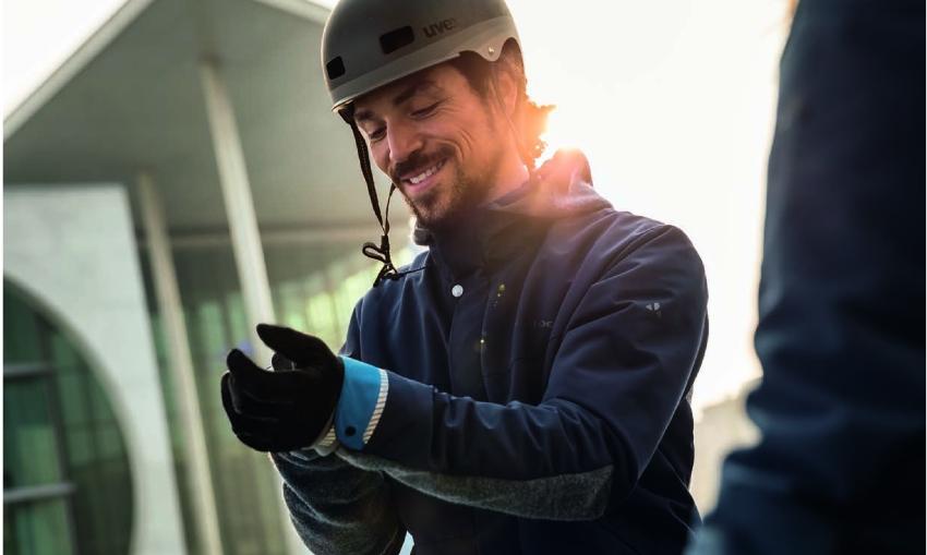 Cycliste ajustant ses gants vélo en  hiver