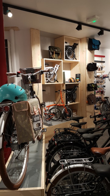 Vue sur les vélos à l'intérieur du magasin cyclable paris 15è