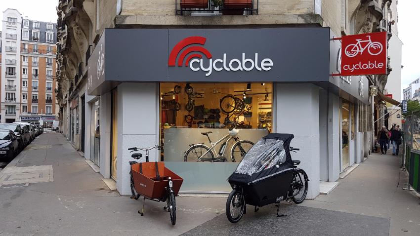 Vue extérieure magasin de vélos avec vélos cargos garés dehors