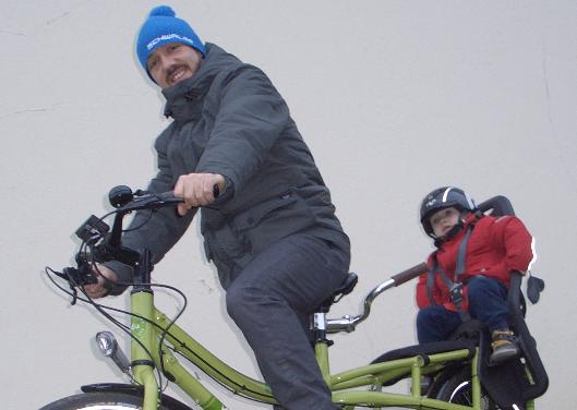 Papa avec son fils sur un vélo cargo yuba