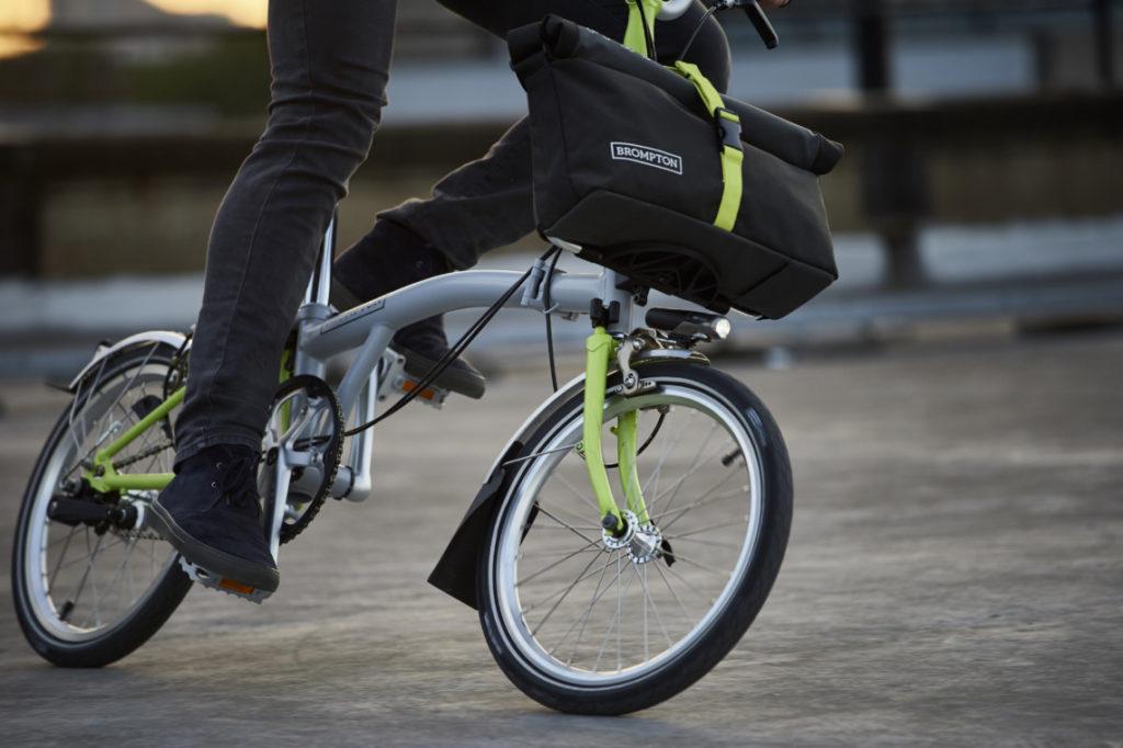 Gros plan sur un vélo pliant roulant