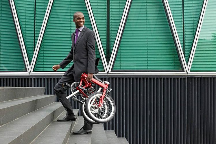 Cycliste portant son vélo pliant
