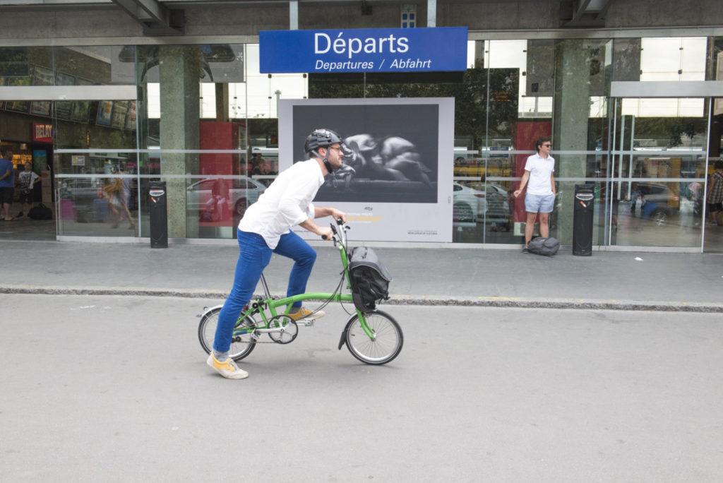 Homme essayant un vélo pliant Brompton