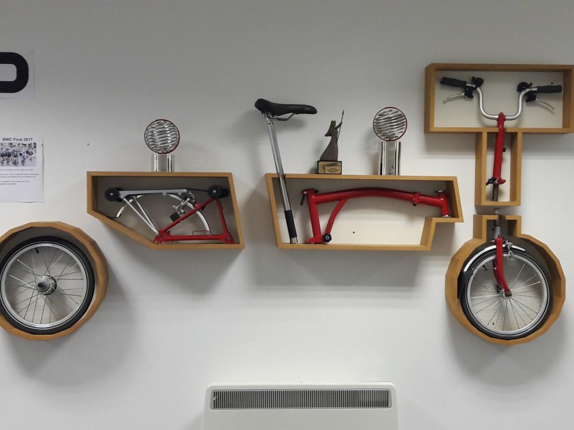 Vélo pliant Brompton décomposé au mur