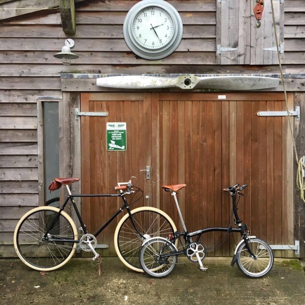 Vélo classique et vélo pliant devant une grange