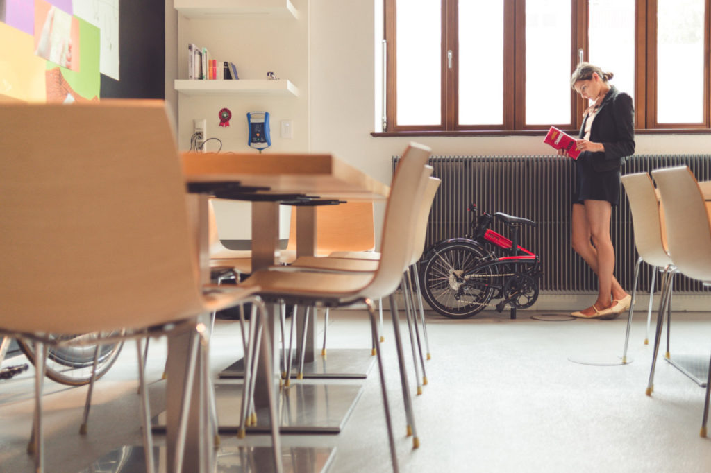 Vélo pliant Tern plié dans une cafétéria