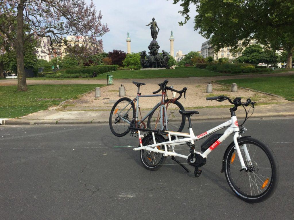 Vélo Yuba qui transporte un vélo Genesis