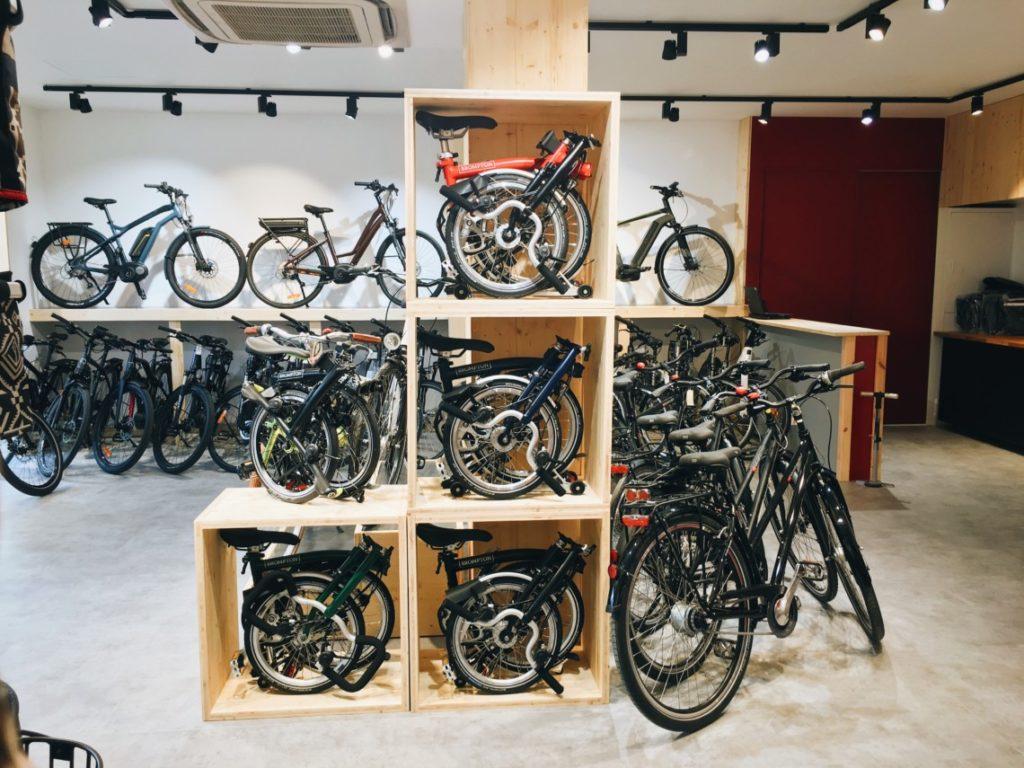 Vélos pliants Brompton en présentation magasin