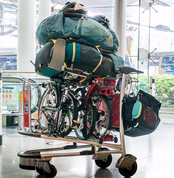 Chariot d'aéroport chargé de vélos brompton et sacs à dos