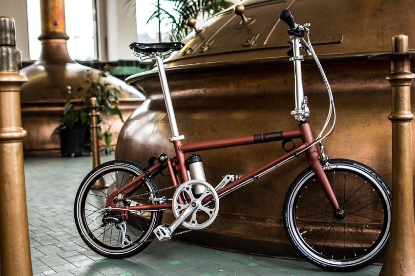 Vélo pliant Ahooga dans une pièce, à l'intérieur d'un bâtiment