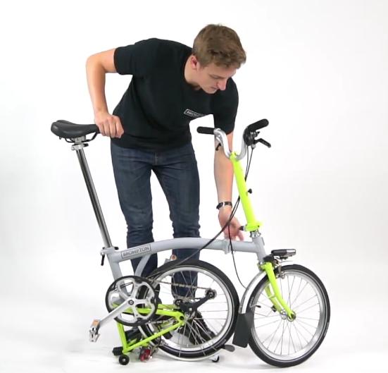 Cycliste qui plie un vélo Brompton