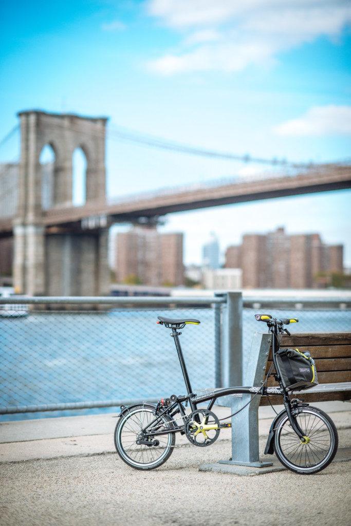 Vélo pliant sur le bord d'un fleuve