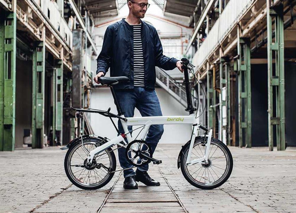 Cycliste avec un vélo pliant Birdy à l'arrêt