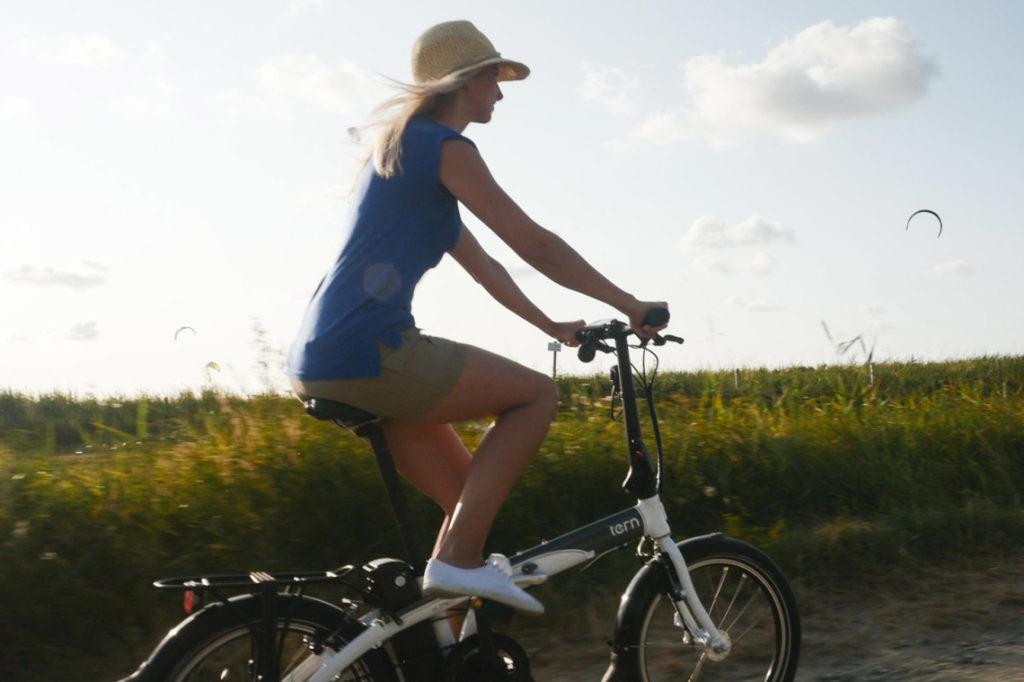 Femme sur un vélo électrique pliant à la campagne