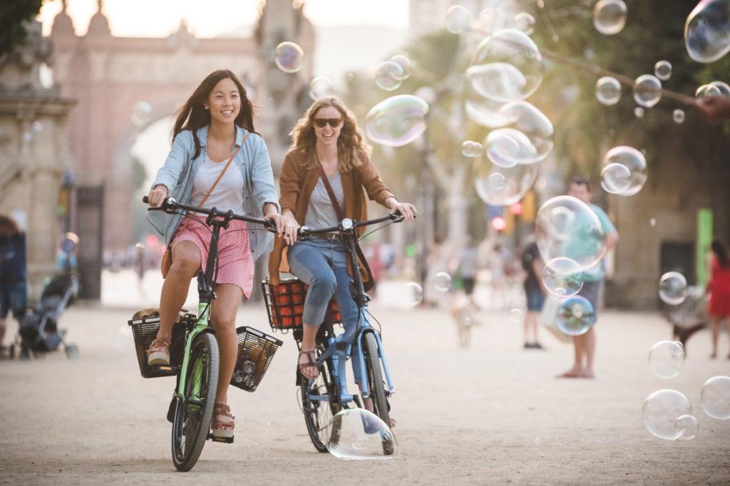 Deux femmes roulant sur des vélos pliables