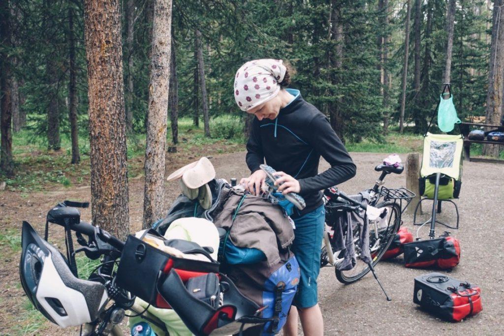 Cyclo-randonneuse chargeant son vélo