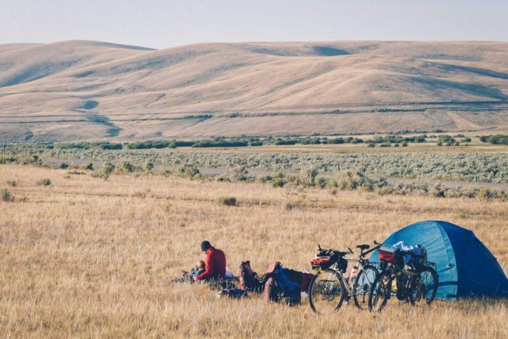 Voyageurs à vélo près de leur tente