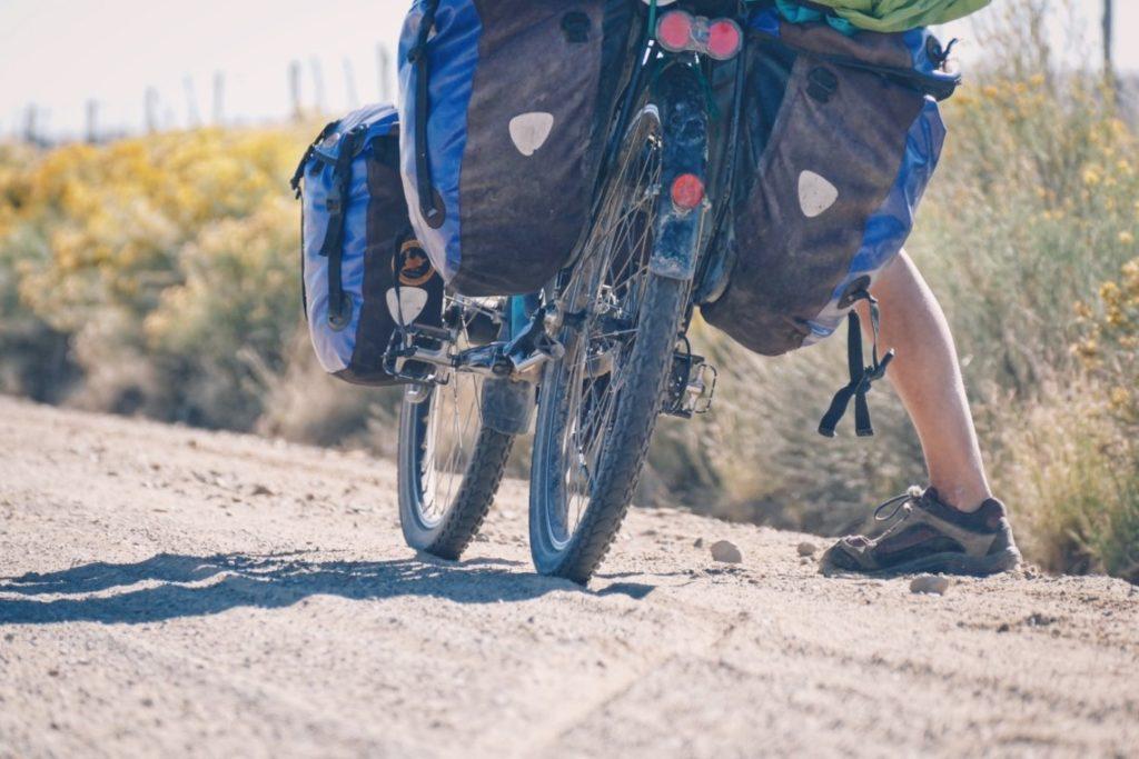 Vélo chargé avec sacoches Ortlieb avant et arrières