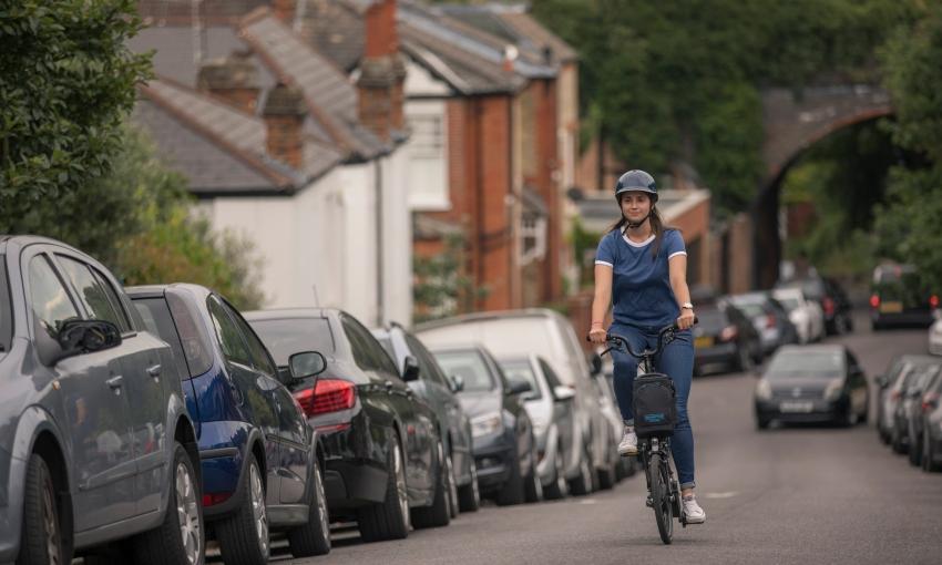 Cycliste montant une cote en Brompton électrique