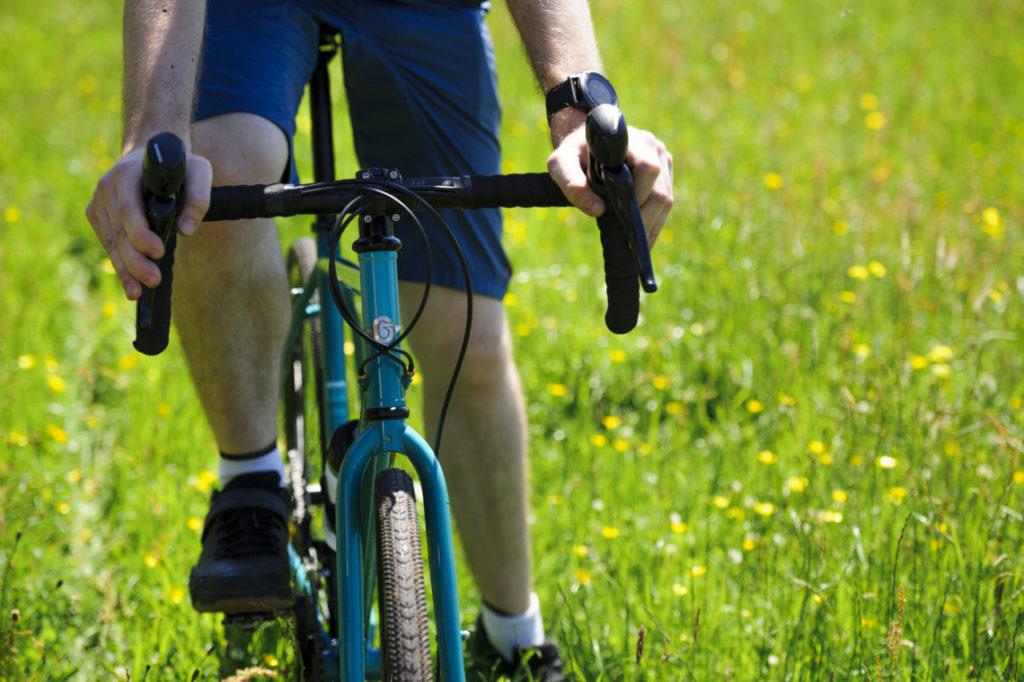 Cycliste roulant sur un vélo Genesis CDF 2018 bleu