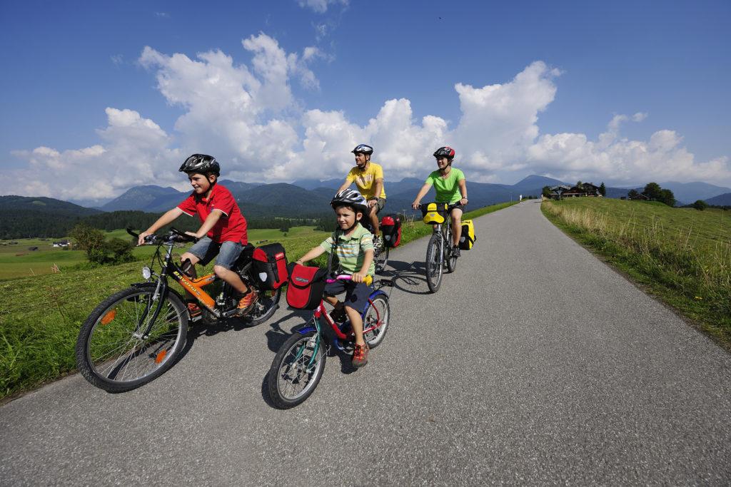 famille de voyageurs à vélo
