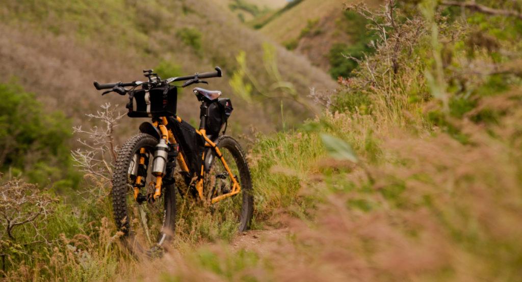 Vélo chargé bikepacking