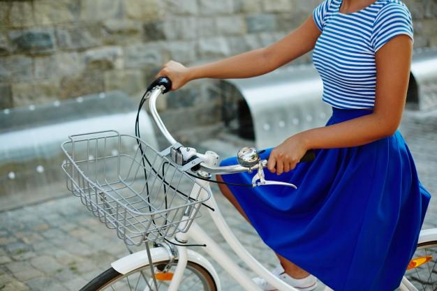 femme en jupe sur un vélo cadre col de cygne