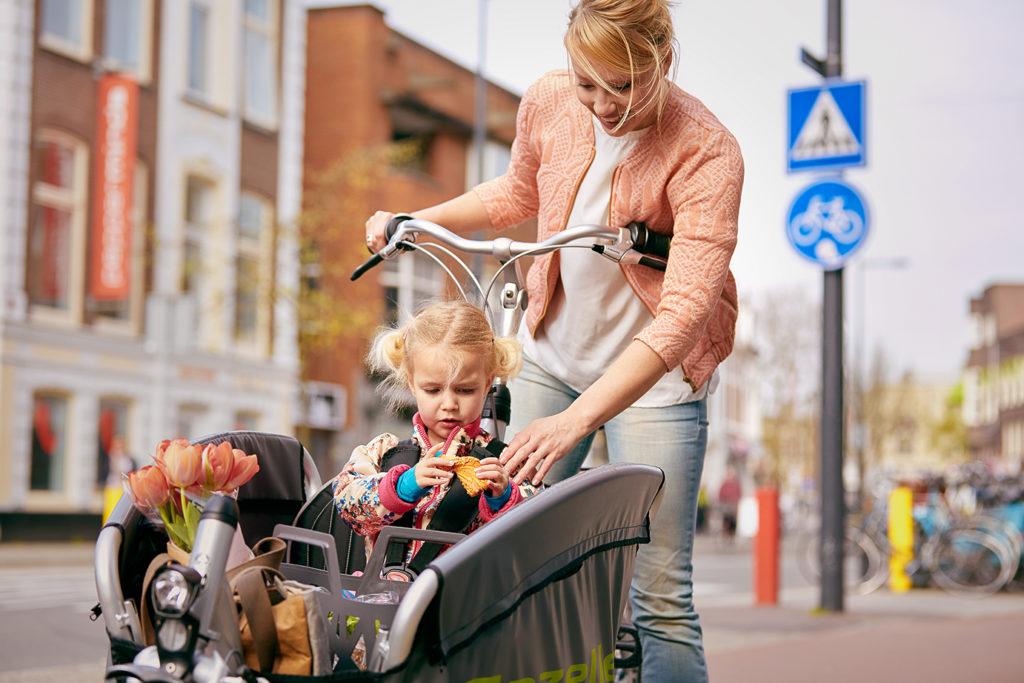 Enfant dans un vélo cargo avec sa mère