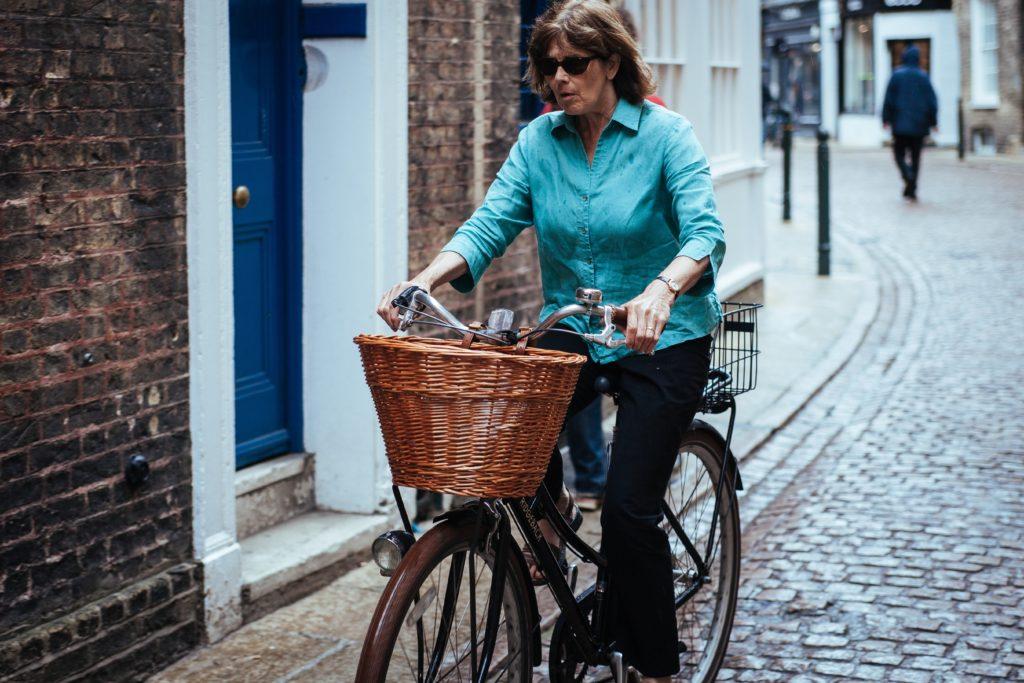 Femme senior roulant sur un vélo avec panier