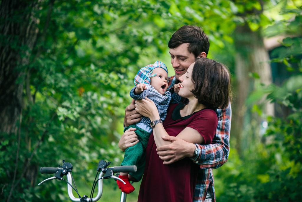 Couple avec bébé près d'un vélo pliant