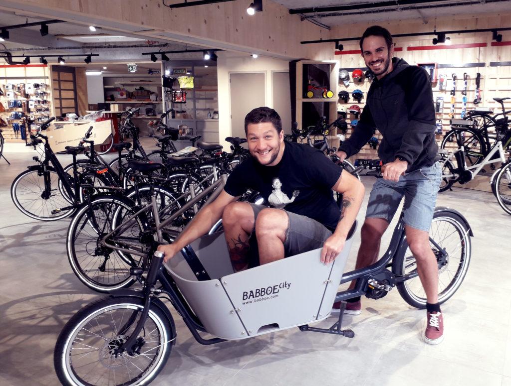 Equipe du magasin Cyclable Nantes sur un vélo cargo