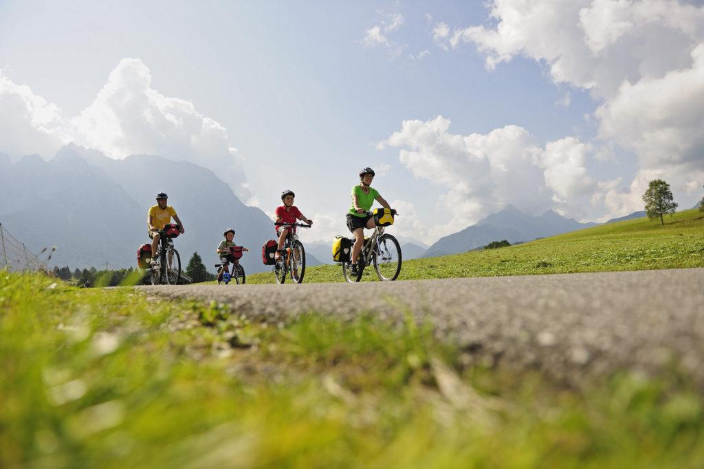 Famille qui voyage à vélo