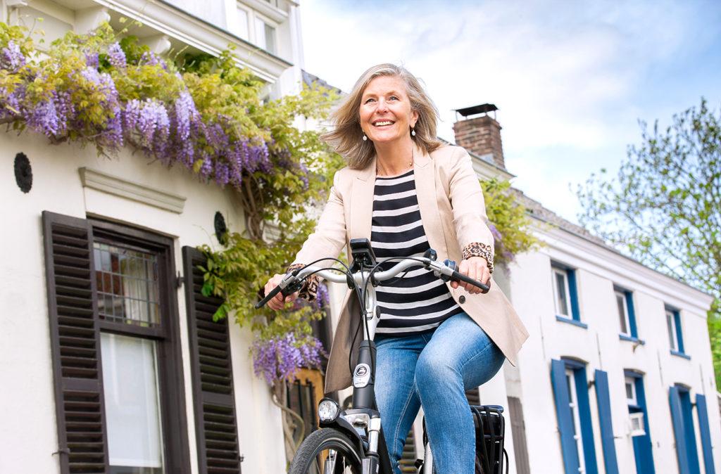 Femme senior roulant sur un vélo électrique