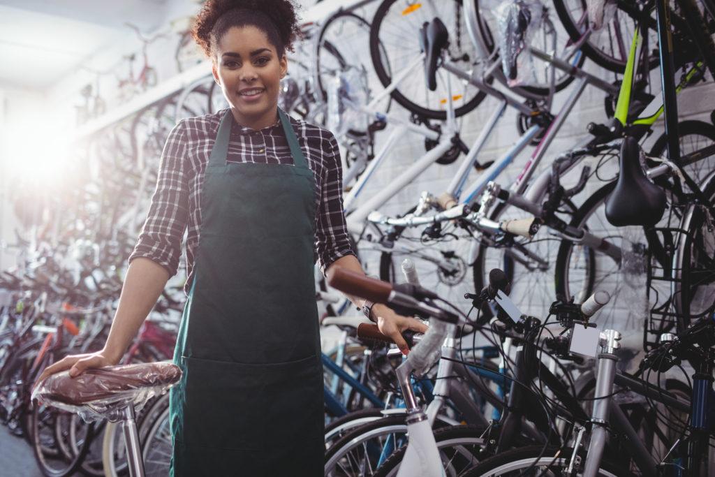 Technicienne cycle dans un atelier vélo