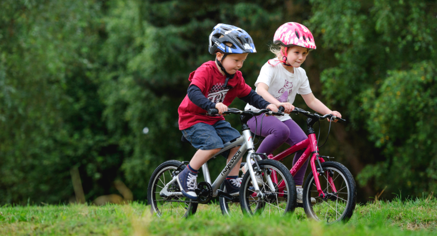 Deux enfants qui font la course à vélo