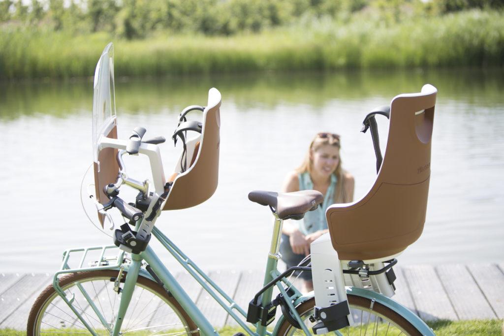 Vélo femme équipé de deux sièges bébé