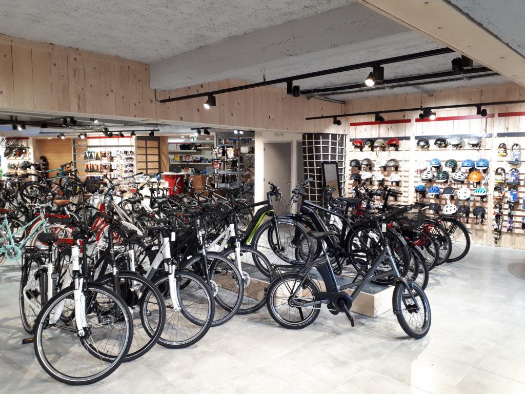 Vélos électriques en présentation magasin de vélos Cyclable Nantes