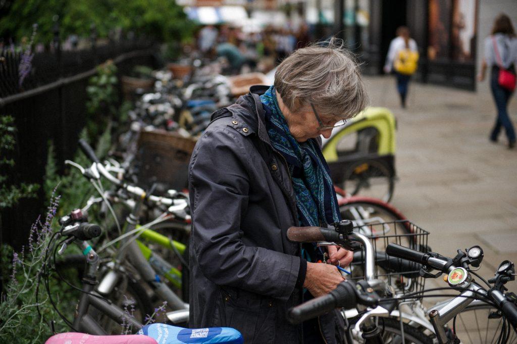 Femme senior près de son vélo en ville