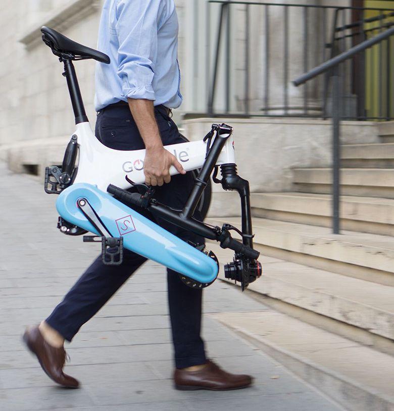 Vélo pliant électrique GoCycle transporté à la main