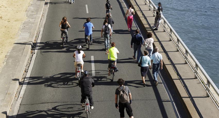 Groupe de cyclistes sur une route sans voitures