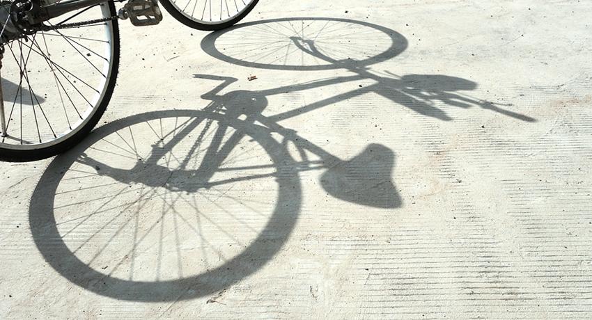 Vélo avec son ombre portée