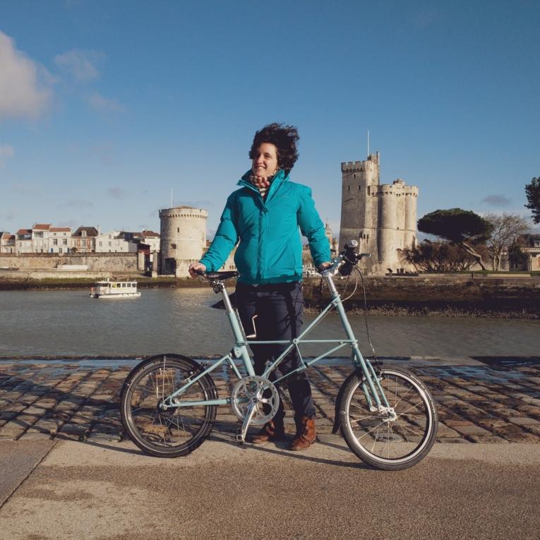 Solenne avec son vélo pliant devant le port de la Rochelle