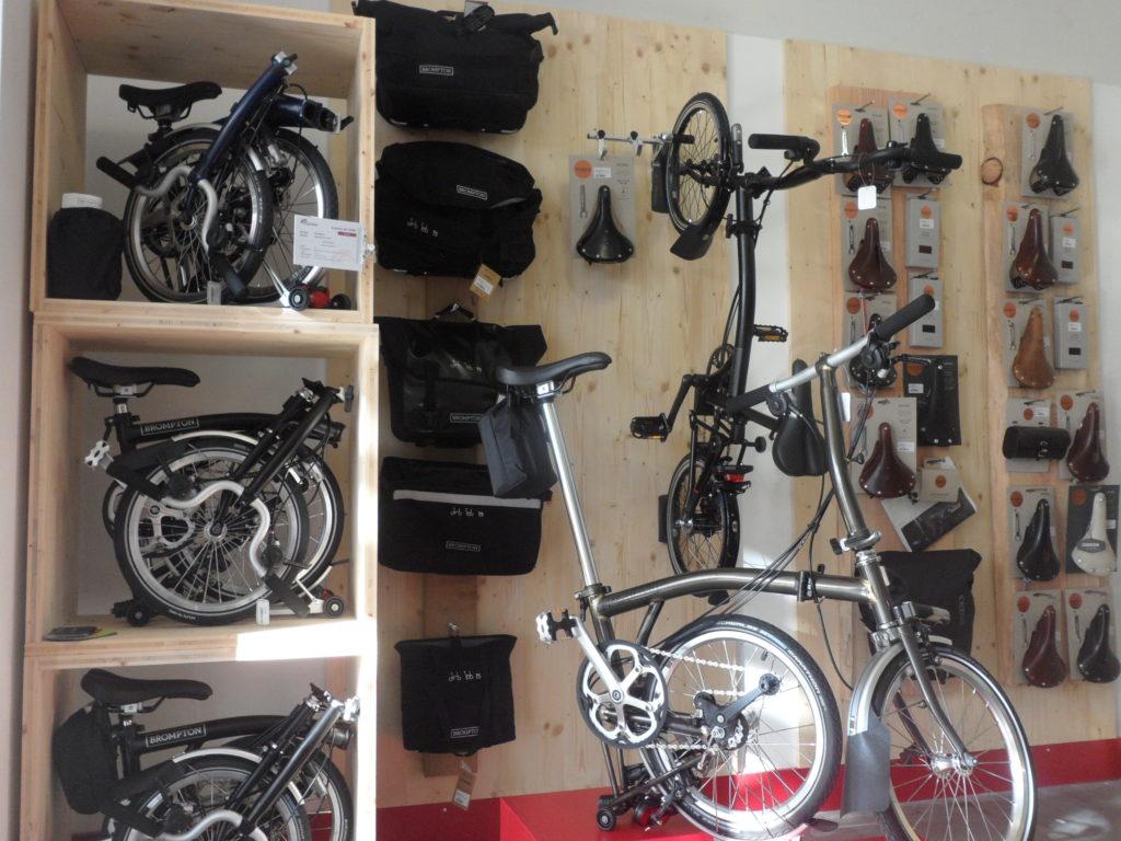 Vélos pliants Brompton pliés et dépliés