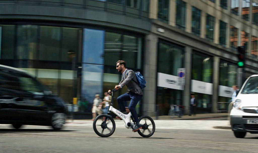 Cycliste sur un vélo pliant électrique Gocycle en ville