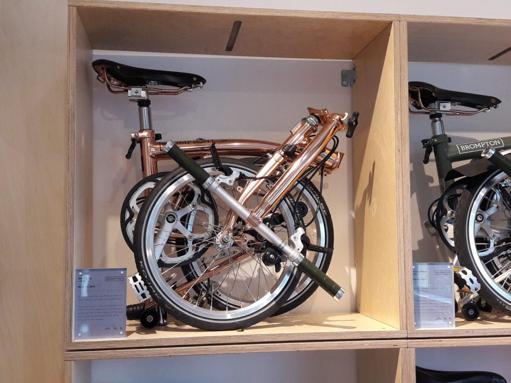 Vélos pliants mis en valeur dans une étagère murale