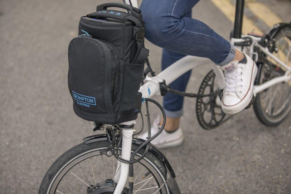 Vélo pliant électrique Brompton avec batterie dans sacoche avant