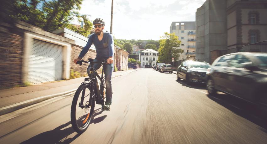Cycliste roulant sur un vélo électrique Moustache en ville