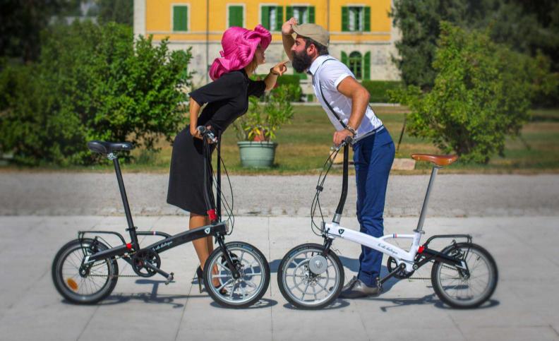 Couple avec chacun un vélo pliant se faisant face